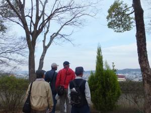 三木城址高台から市街地を眺める
